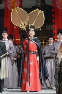刘嘉玲饰演武则天 众人围绕气势足